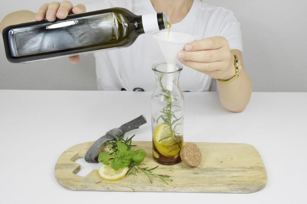 Kräuter-Öl selber machen: Öl einfüllen