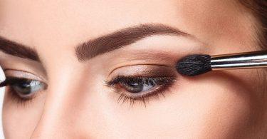 Frau schminkt ihr Augenlid