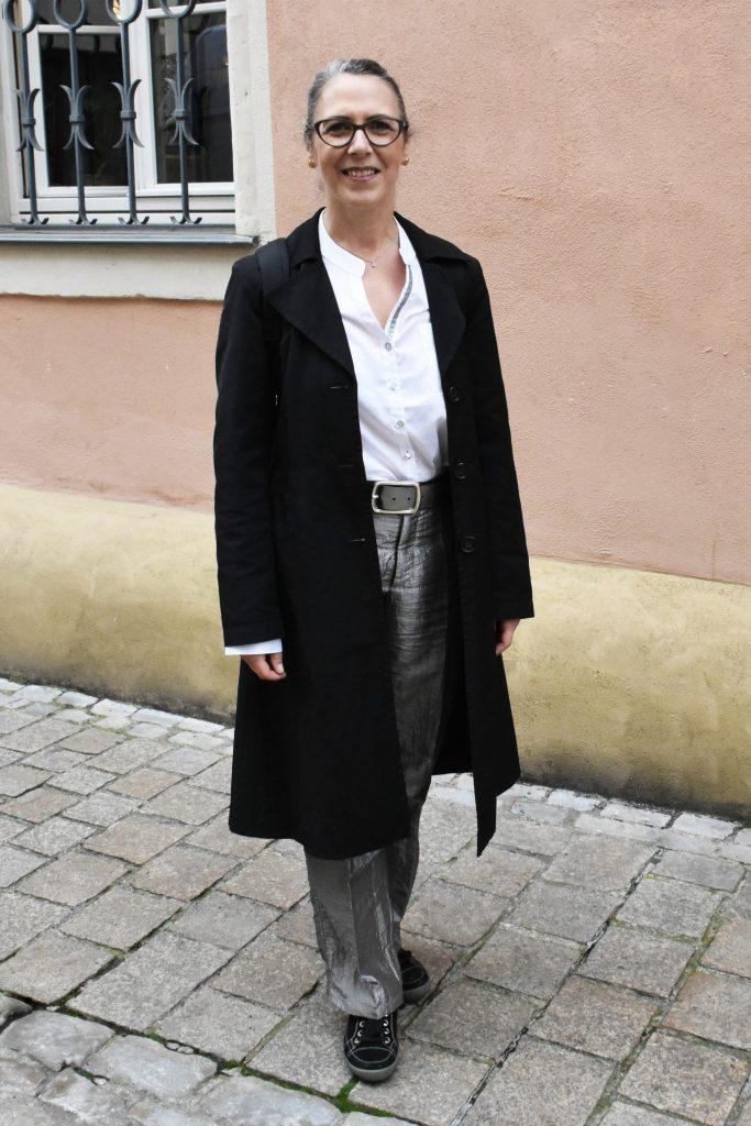 Stilheldin in schwarz-weiß Look und Metallic Hose