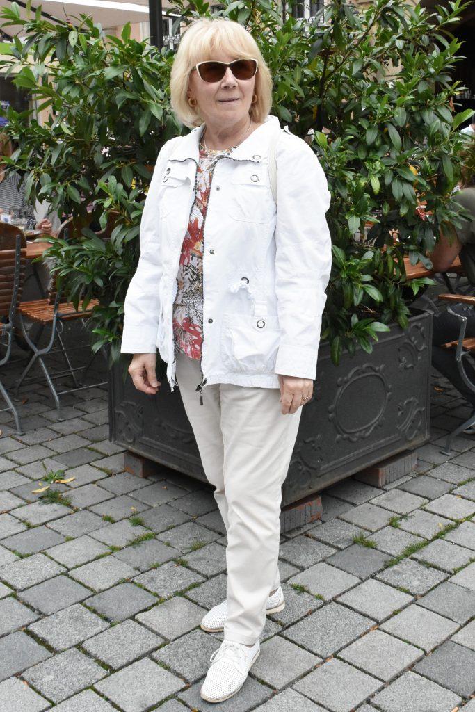 Weißes Outfit mit weißen Rucksack