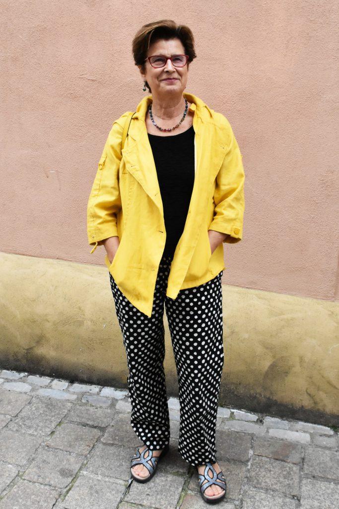 Gelbe Jacke, gepunktete Hose und gelber Rucksack