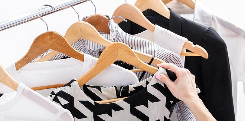 Kleiderschrank ausmisten 810x400 - Kleiderschrank ausmisten – hilfreiche Tipps, um Platz zu sparen und nachhaltig zu handeln