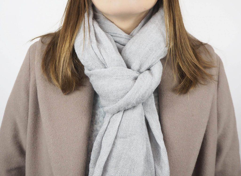 Modell mit Kunstgriff Schal