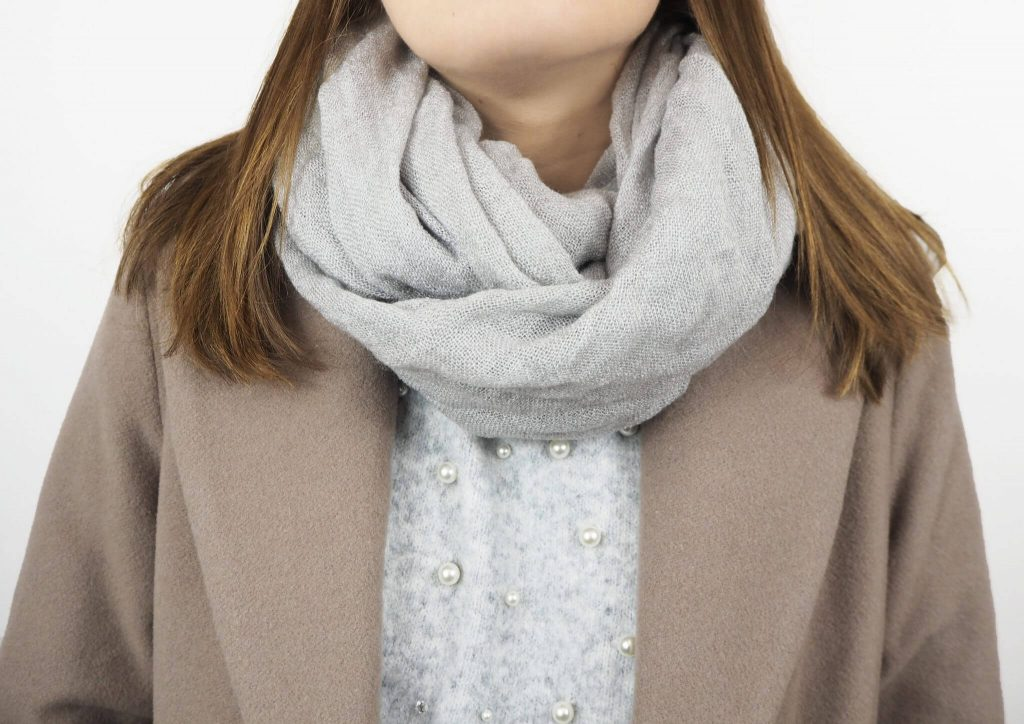 Modell mit Loop Schal in grau