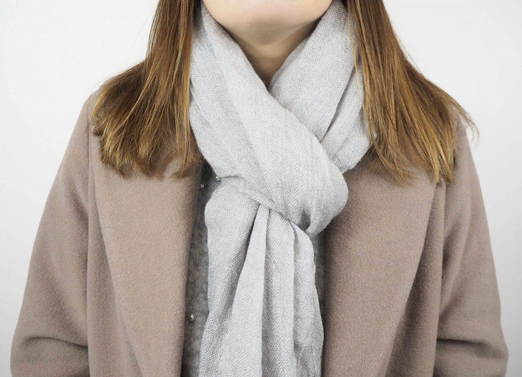 Modell mit Schlaufen Schal