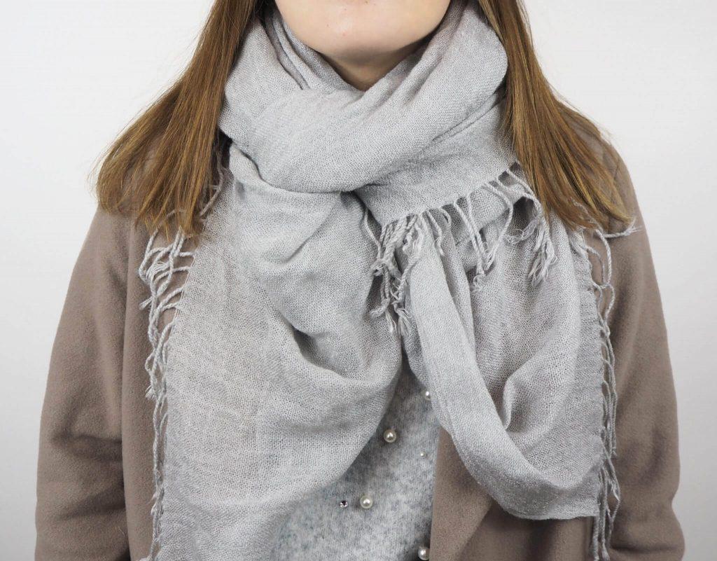 Modell mit Schmetterling Schal