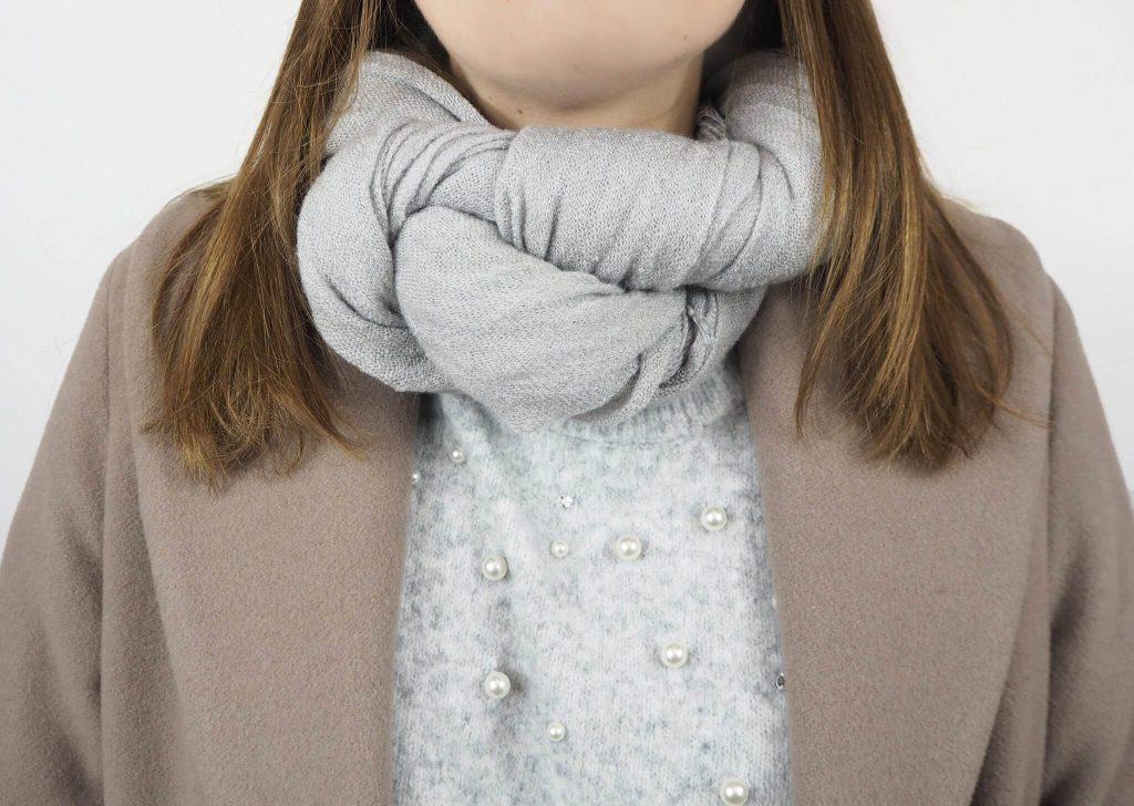 Modell mit Twister Schal