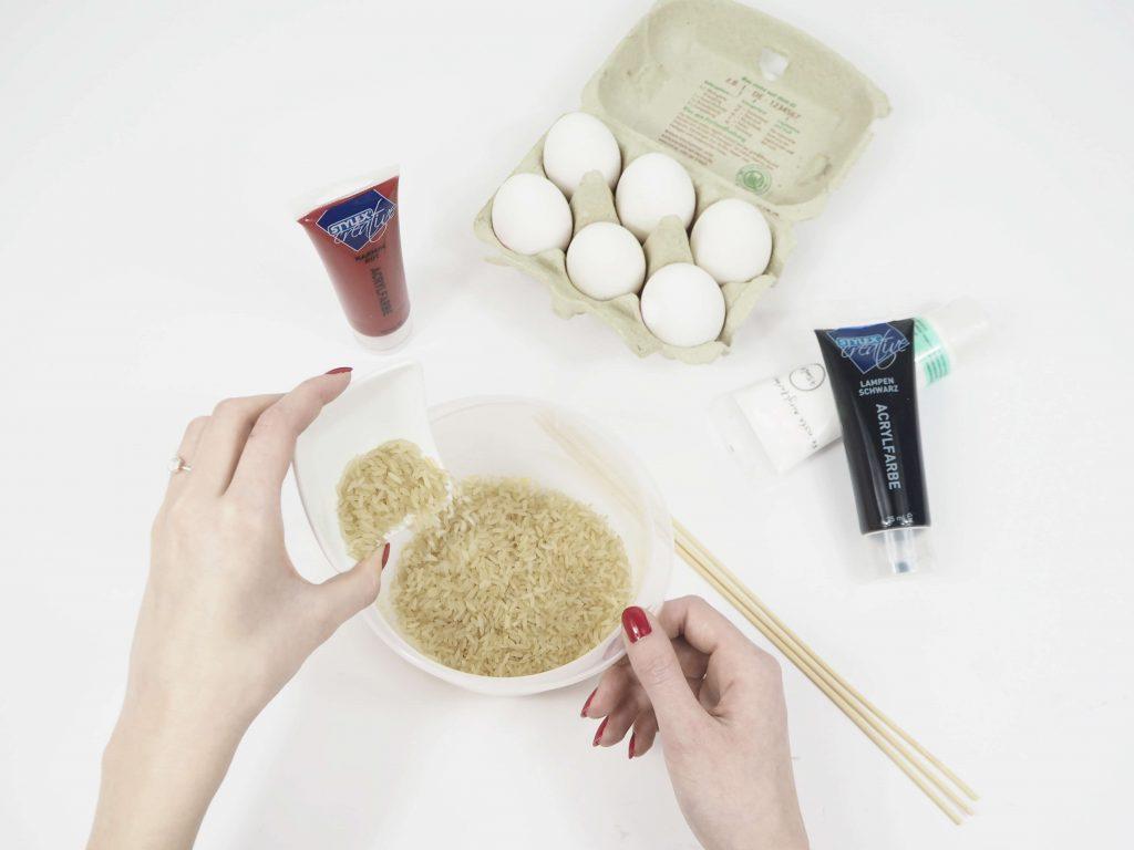 Ostereier mit Reis färben Schrit 1 1024x768 - Ostereier verzieren – kreative Deko-Ideen