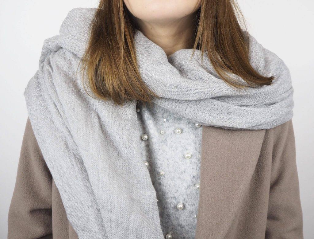 Modell mit Stola Schal