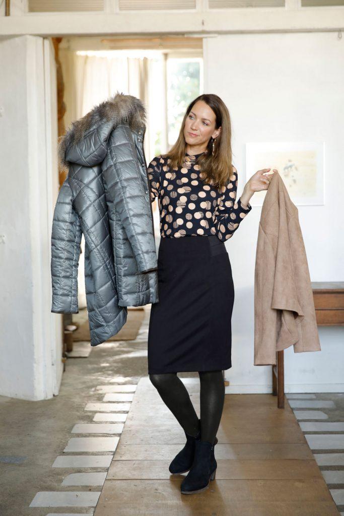 Frau mit zwei Jacken zur Auswahl für den Zwiebellook
