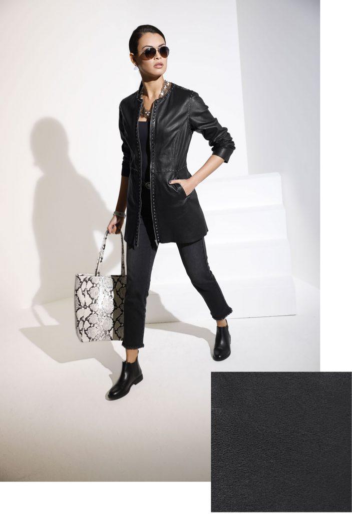 Frau in coolem Herbst Outfit ganz in Schwarz und mit Lederjacke
