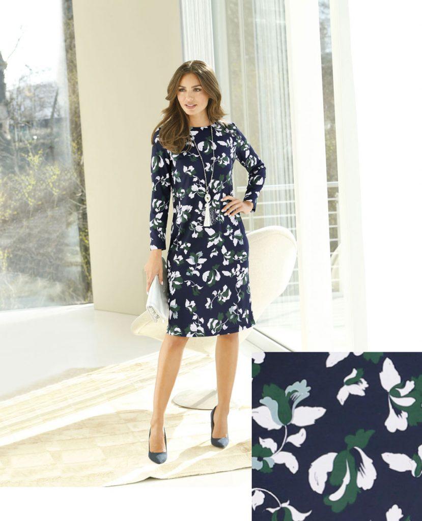 Frau im eleganten Herbst Outfit mit langärmeligem Kleid in Marine und mit floralem Muster