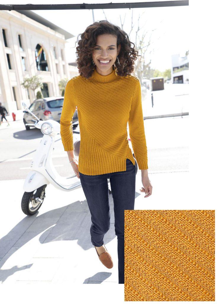 Frau im legeren Herbst Outfit mit gelbem Strickpullover und blauen Jeans