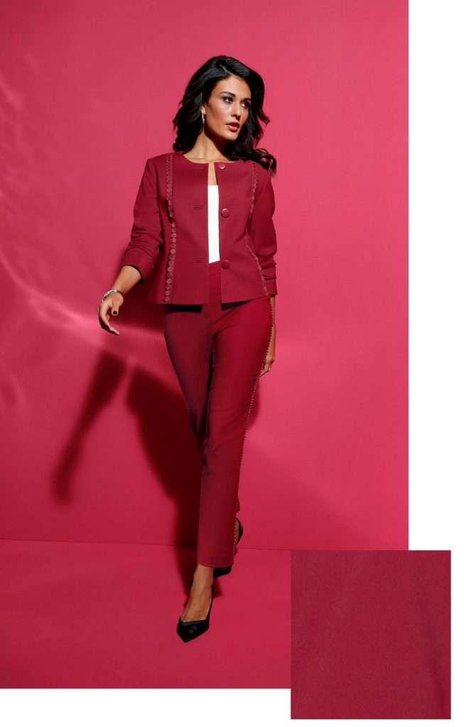 Frau mit Outfit mit rotem Blazer und roter Hose