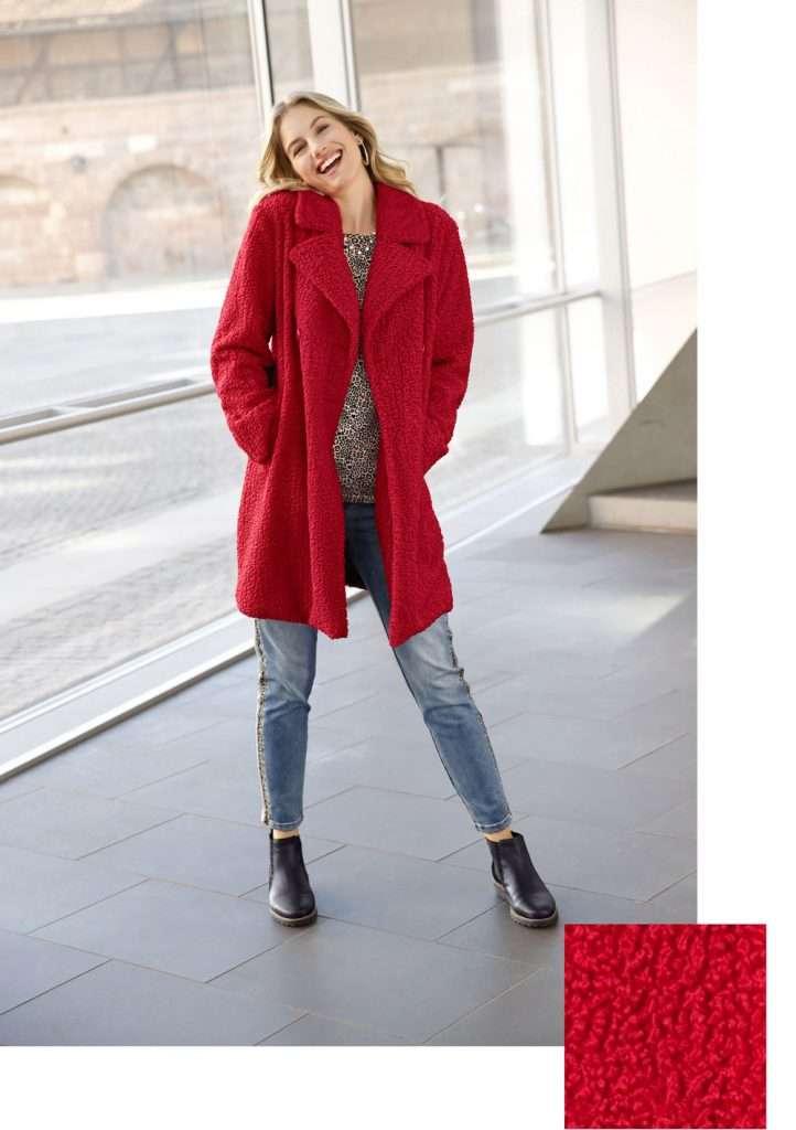 Frau mit Outfit mit rotem Mantel und Jeans