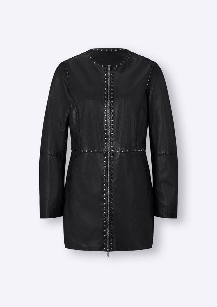 Lange schwarze Lederjacke mit Nieten fürs Herbst Outfit