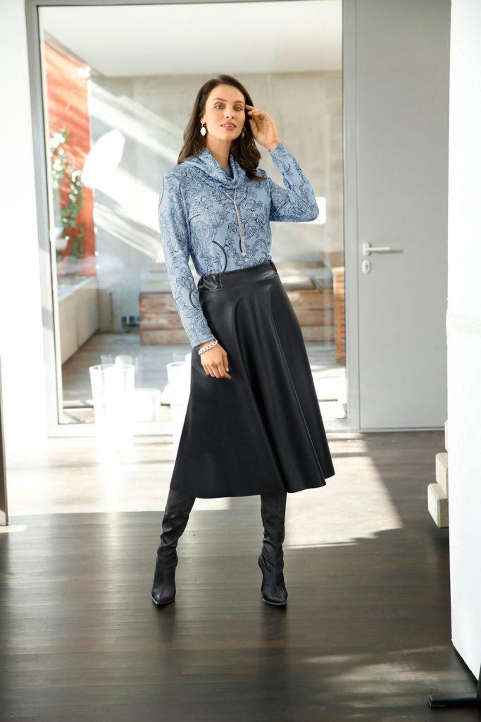 Modisches Outfit mit Turtleneck-Bluse und Lederrock