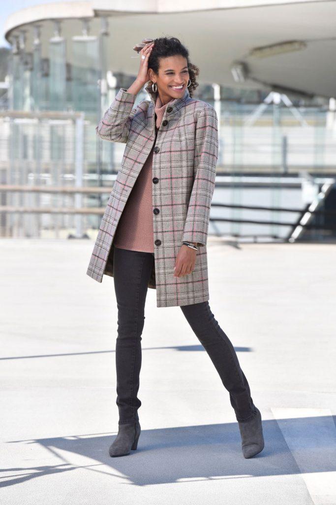 Winter-Outfit mit Turtleneck Pullover und Karomantel